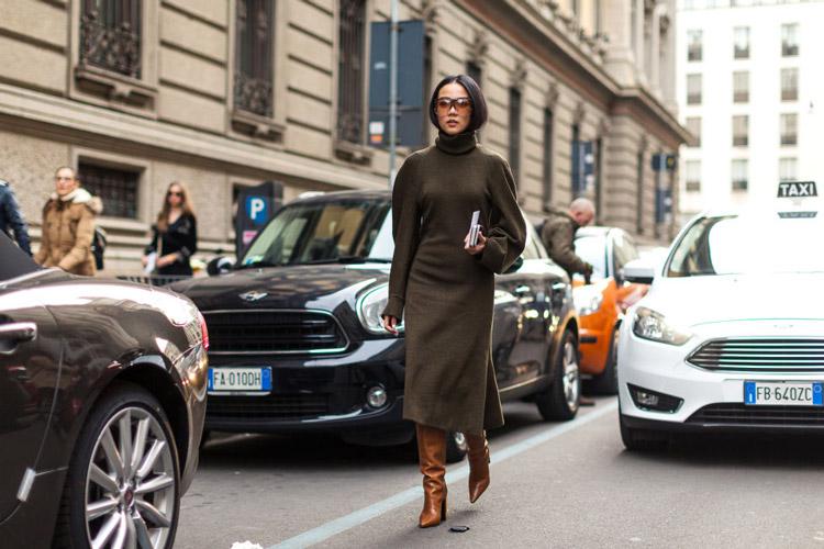 Девушка в коричневом пальто с высоким воротником, высокие сапоги