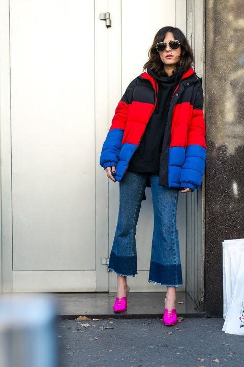 Модель в обрезанных джинсах, сине-красный пуховик