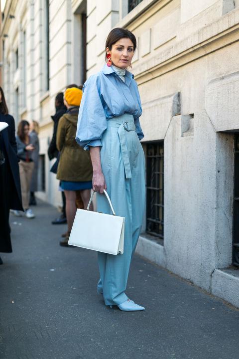 Девушка голубых брюках и рубашке