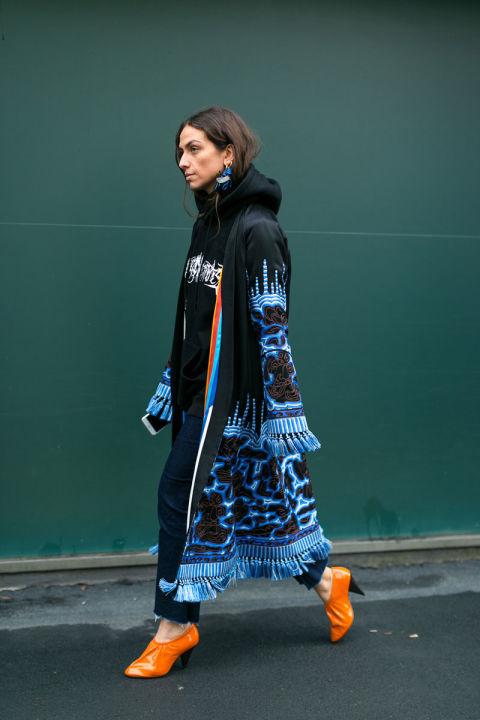 Девушка в черно-голубом плаще с бахромой