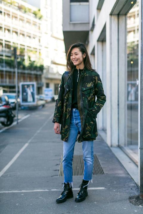 Девушка в джинсах и куртке цвета хаки, ботинки