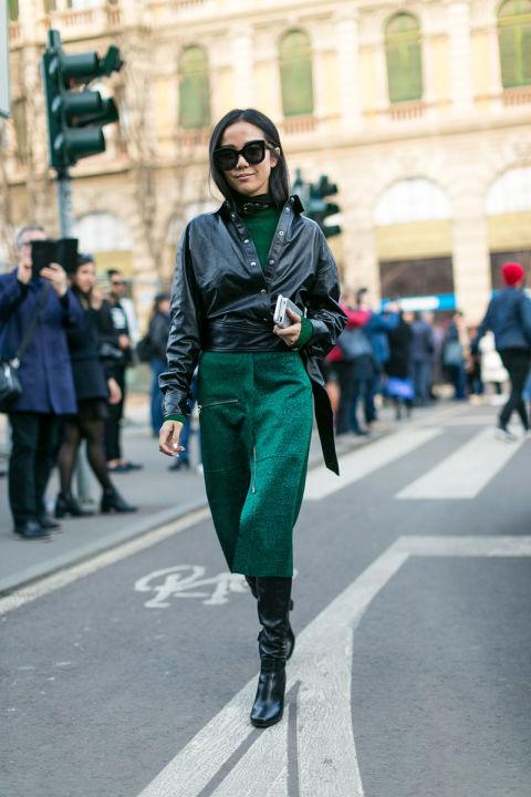 Девушка в юбке карандаш и черной куртке