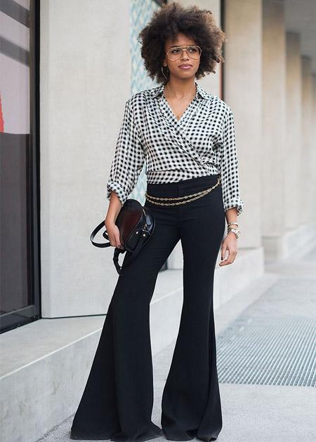 Модель в брюках клеш и блузке