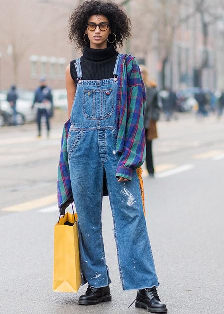 Девушка в джинсовом комбинезоне, рубашка в клетку