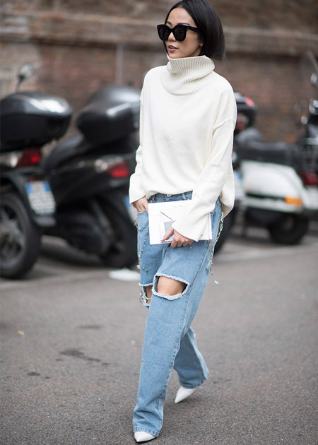 Девушка в джинсах бойфрендах и белом свитере