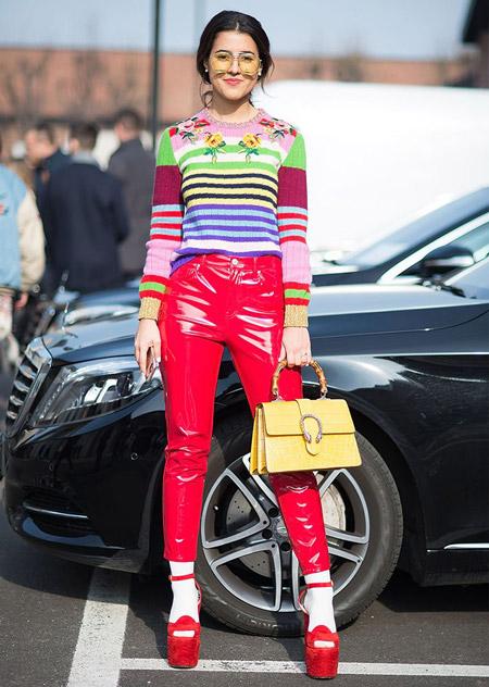 Модель в розовых штанах и ярком свитшоте