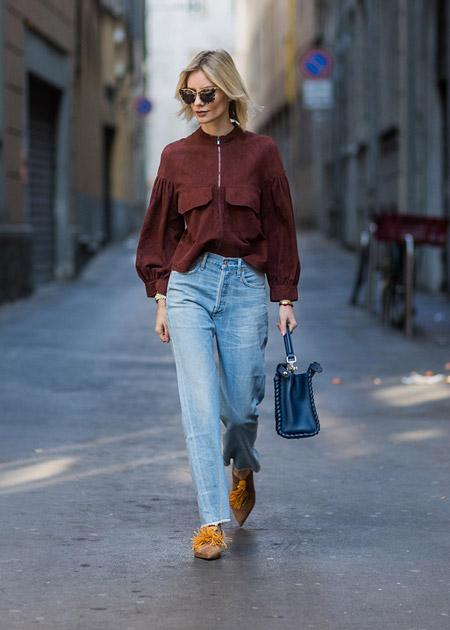 Модель в джинсах и блузке на молнии