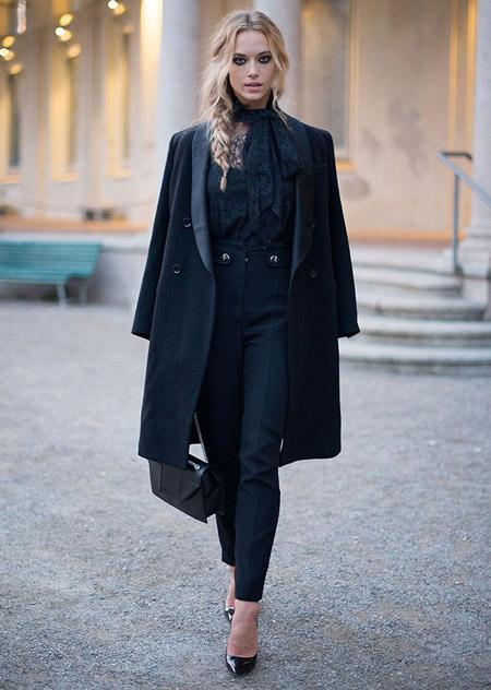 Девушка в черных брюках, блузка и пальто