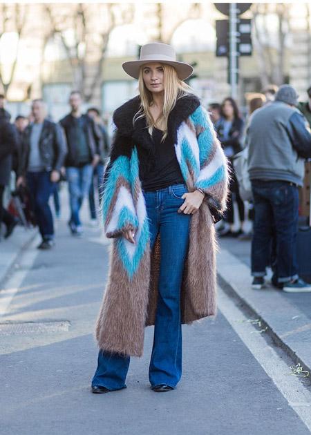 Девушка в джинсах клеш, шуба и шляпа