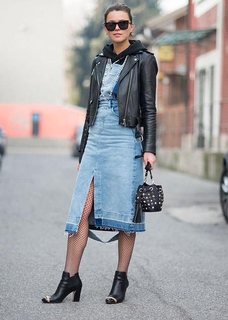 Модель в джинсовой юбке карандаш, куртка косуха