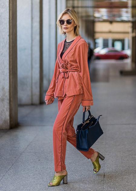 Модель в оранжевом костюме и золотые босоножки