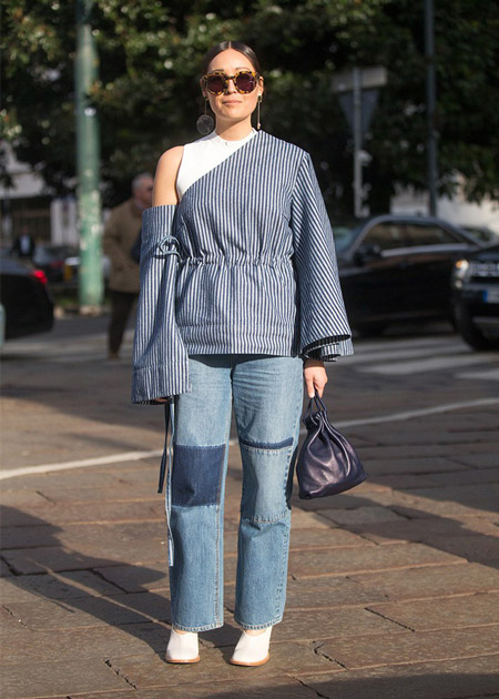 Модель в джинсах, оригинальная блузка в полоску