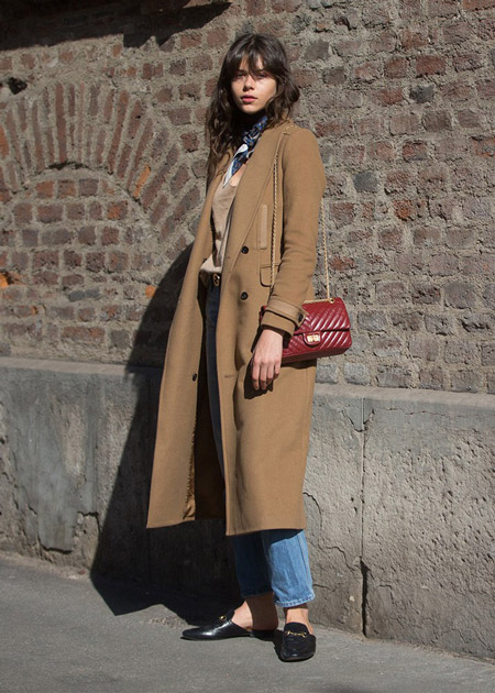 Девушка в джинсах, бежевое пальто и красна сумочка