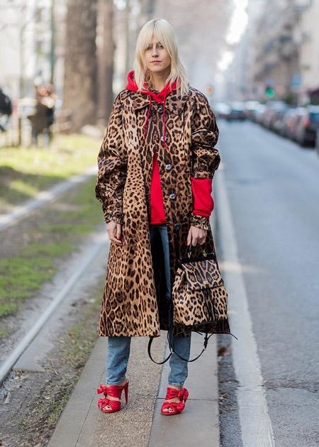 Модель в джинсах и леопардовом пальто