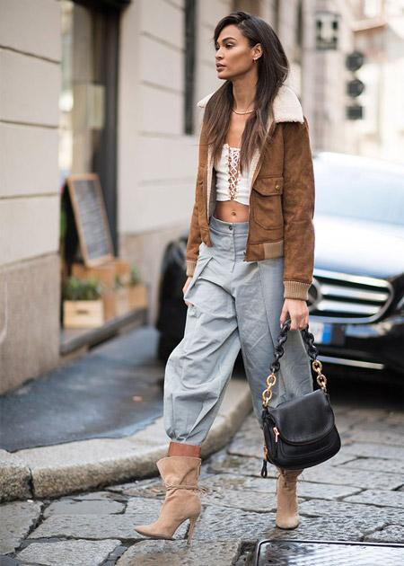 Девушка в серых капри, замшевые полусапоги и коричневая куртка