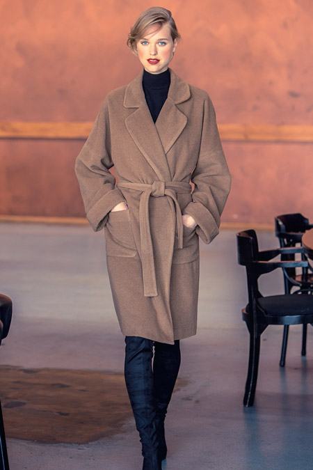 Модель в песочном пальто