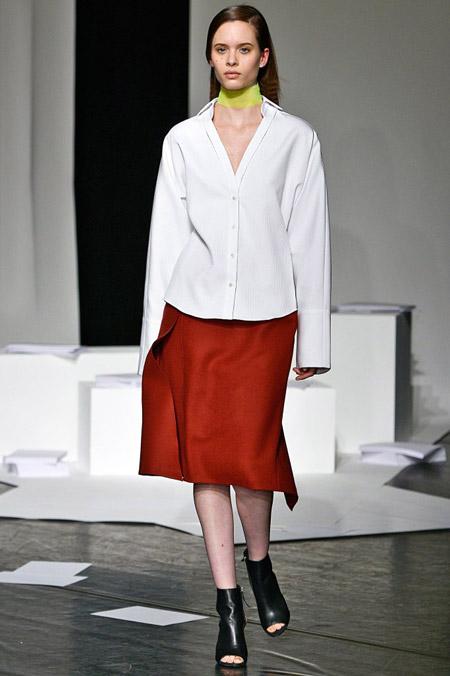 Модель в широкой белой блузке