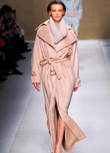 Модель в пальто-халате