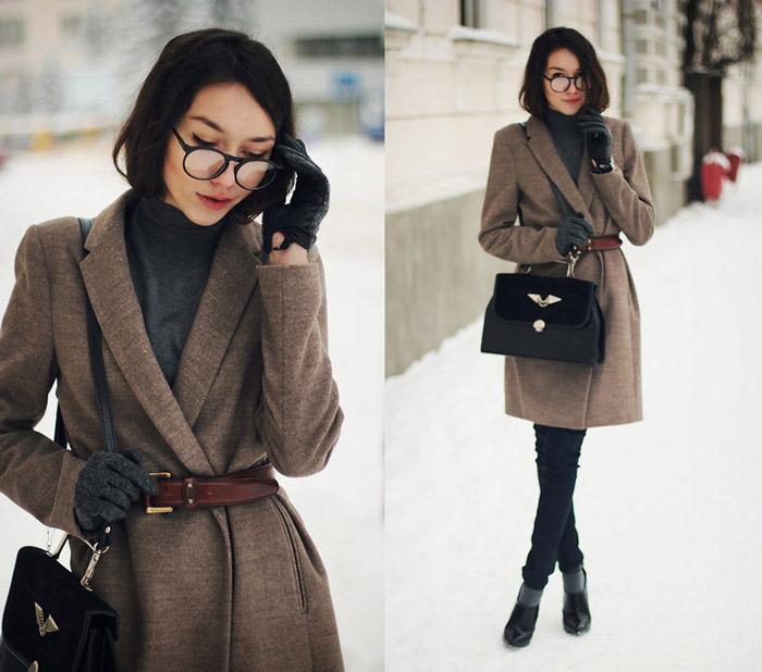 Девушка в пальто-халате