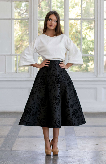 Девушка в черной пышной юбке