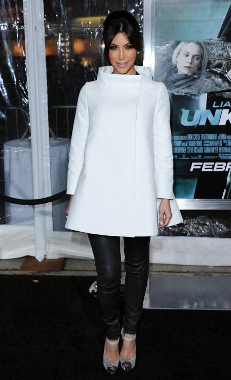 Ким Кардашьян в белом пальто-трапеции