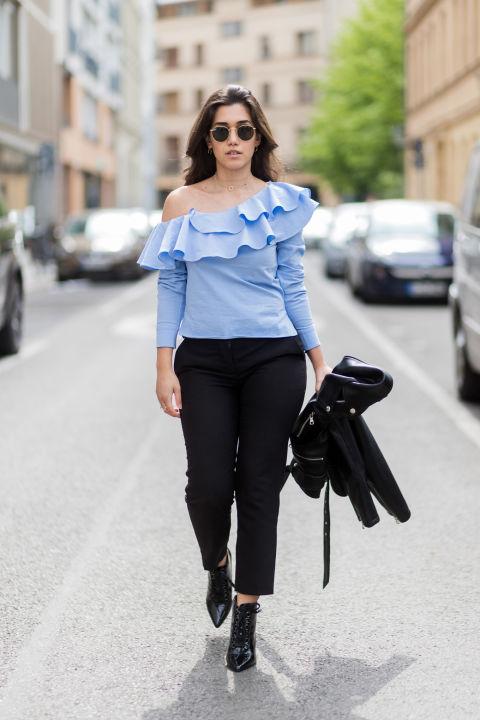 Сочетайте косуху, голубую блузку и черные брюки. Образ можно дополнить ботильонами