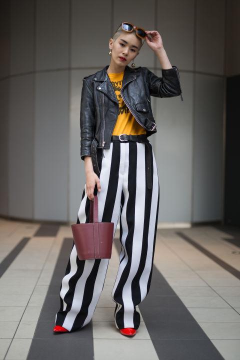 С курткой из кожи вы можете позволить себе переборщить со всем остальным, в нашем случае широкие брюки в полоску (обязательно добавьте каблуки)
