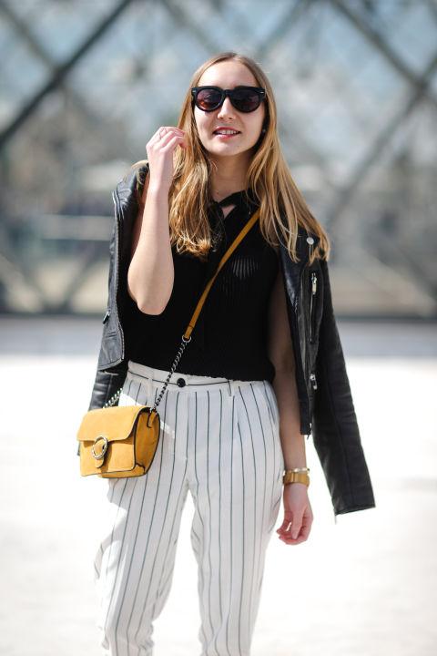 Комбинируйте белые брюки в тонкую полоску и, конечно, байкерскую куртку на плечи!
