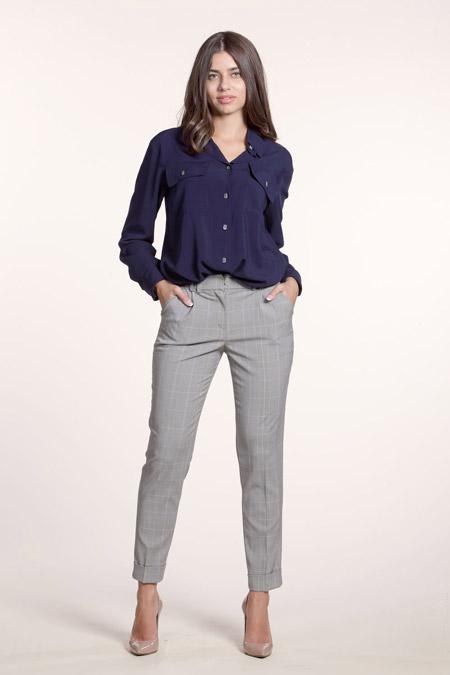 Девушка в укороченных брюках