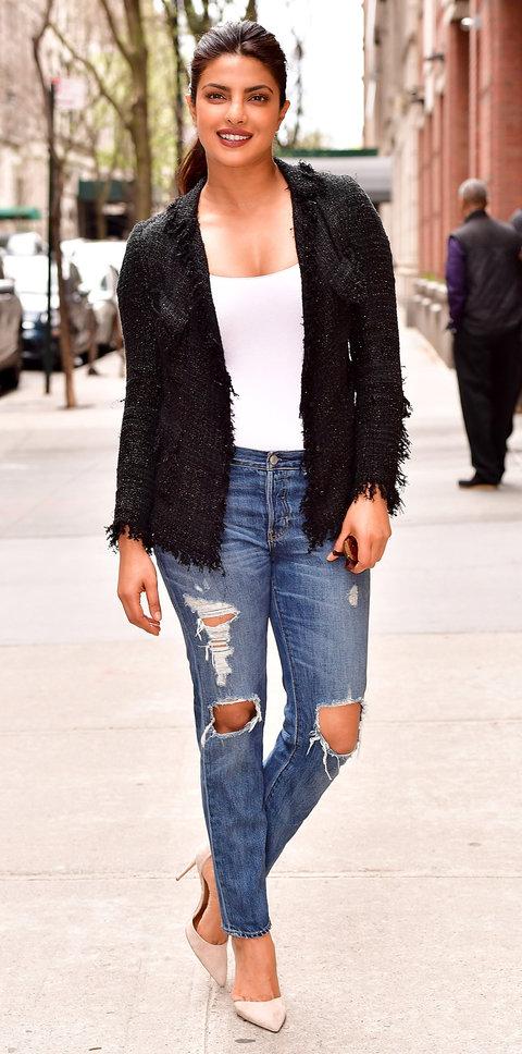 Приянка Чопра в белой майке и рваных джинсах