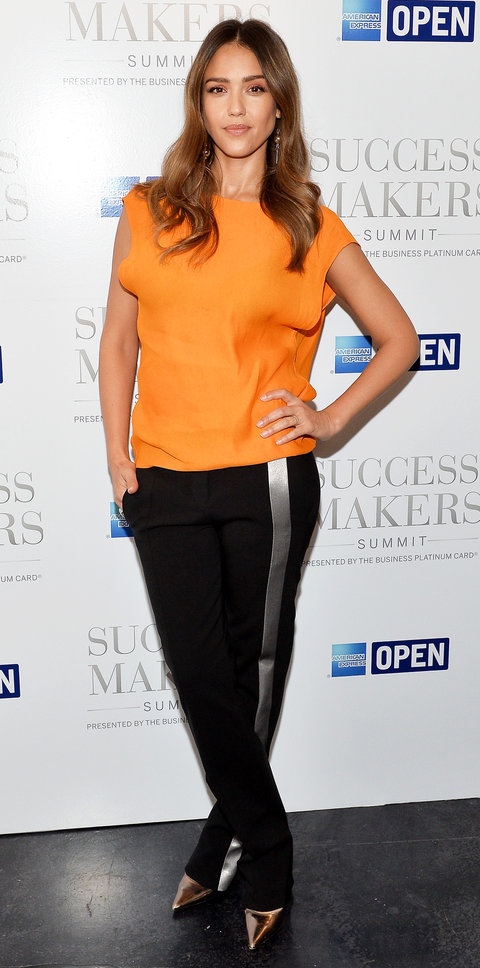 Джессика Альба в оранжевом топе и черных брюках