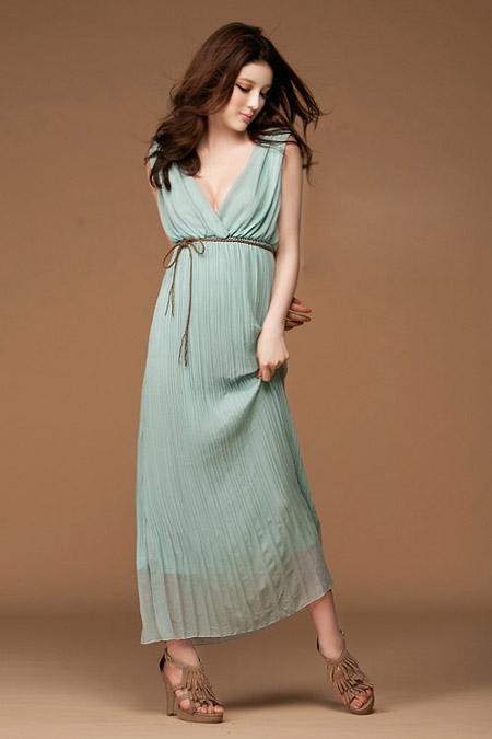 Девушка в греческом платье миди