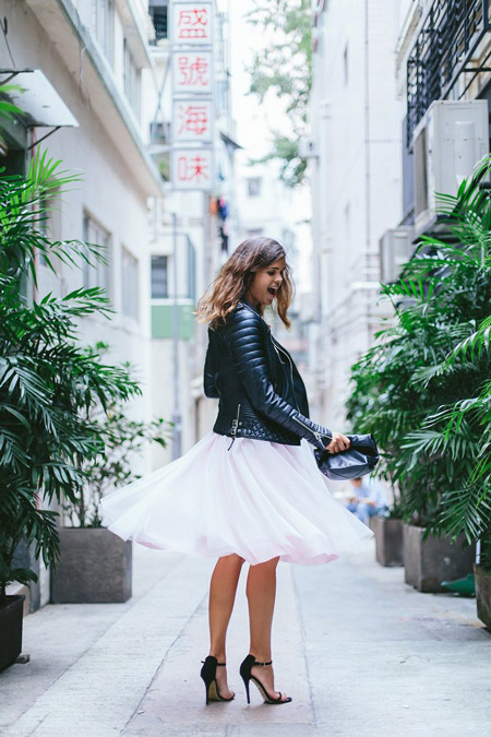 Девушка в белой юбке миди и косухе