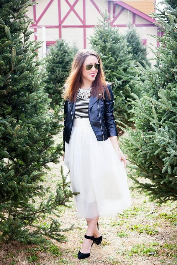 Девушка в белой воздушной юбке, косухе и черных туфлях