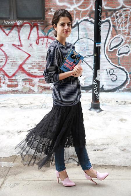 Леандра Медин в джинсах, полосатом свитшоте и черной юбке из фатина