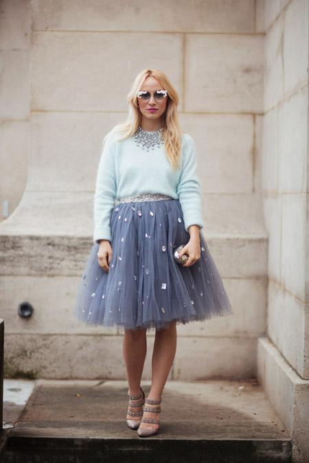 Девушка в юбке пачке и голубом свитшоте