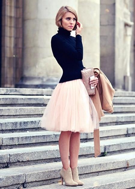 Девушка в бледно-розовой юбке из фатина и черной водолазке