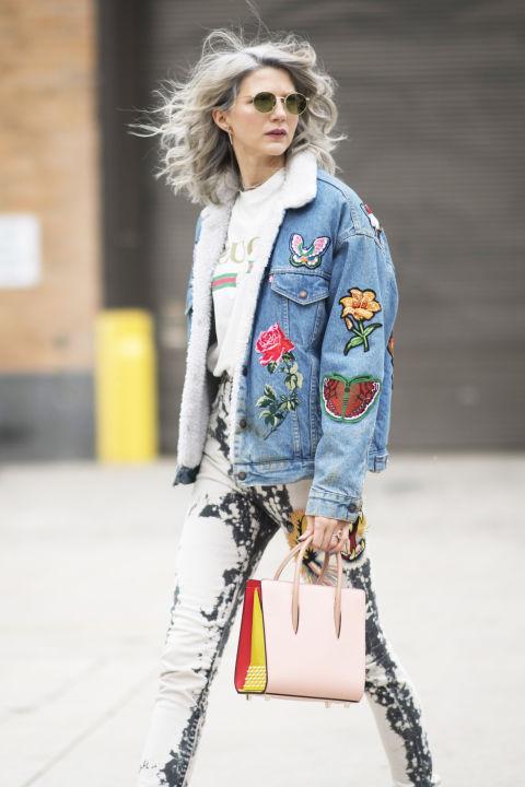 Укрась куртку разными наклейками, но похожими по тематике, например, цвеами