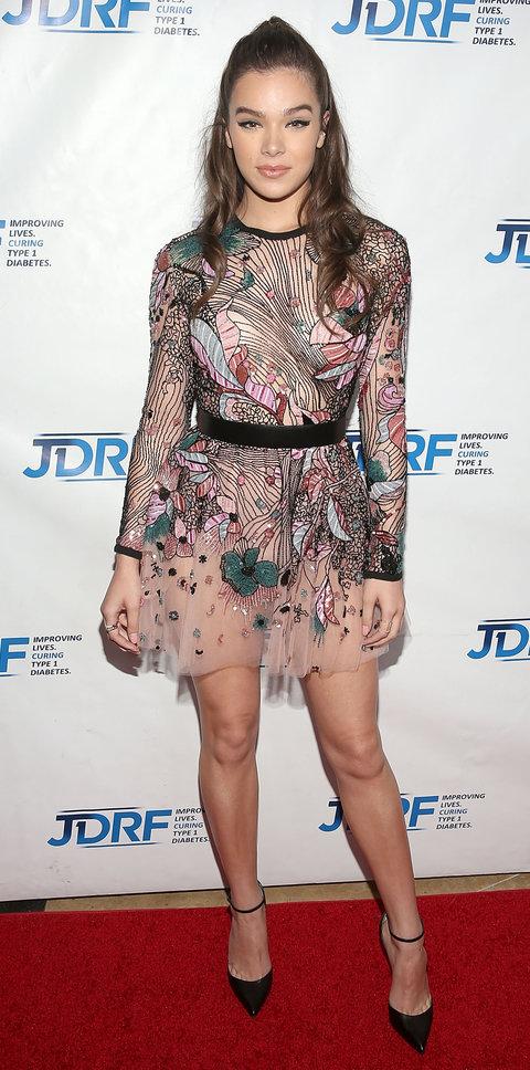 Хейли Стейнфилд в платье с абстрактным принтом
