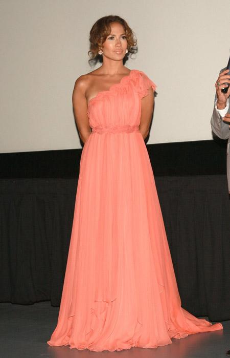 Дженнифер Лопес в персиковом платье