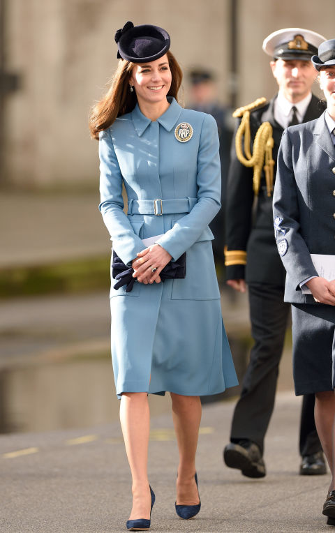 В голубом пальто от Alexander McQueen, февраль 2016