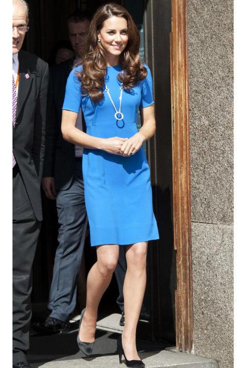 Во время визита в National Portrait Gallery в синем платье от Stella McCartney, Лондон июль 2012