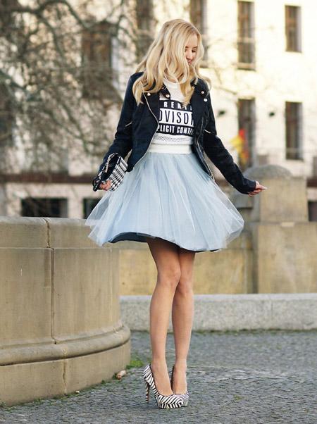 Meri Wild в плиссированной юбке из фатина, футболке и косухе