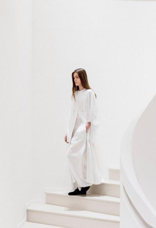 Модель в белом от The_Row коллекция весна-лето 2017