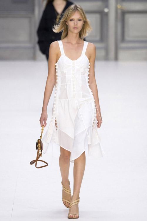 Модель в белом платье пастельного стиля от Chloé коллекция весна-лето 2017