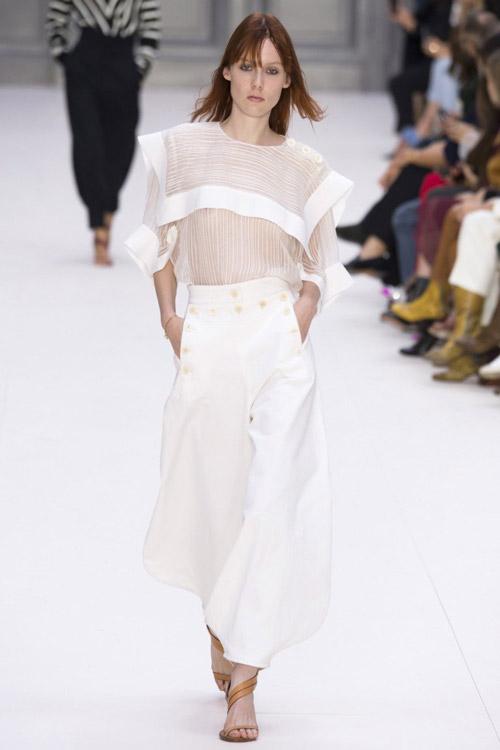 Модель в белом прозрачном топе от Chloe коллекция весна-лето 2017