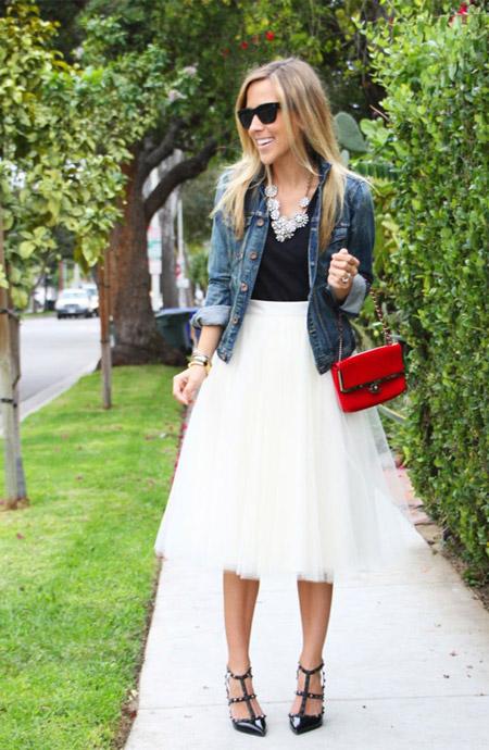Девушка в белой юбке из фатина и джинсовке