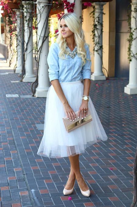 Девушка в белой юбке из фатина и джинсовой рубашке