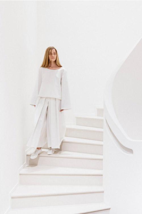 Модель в белых брюках от The_Row2 коллекция весна-лето 2017
