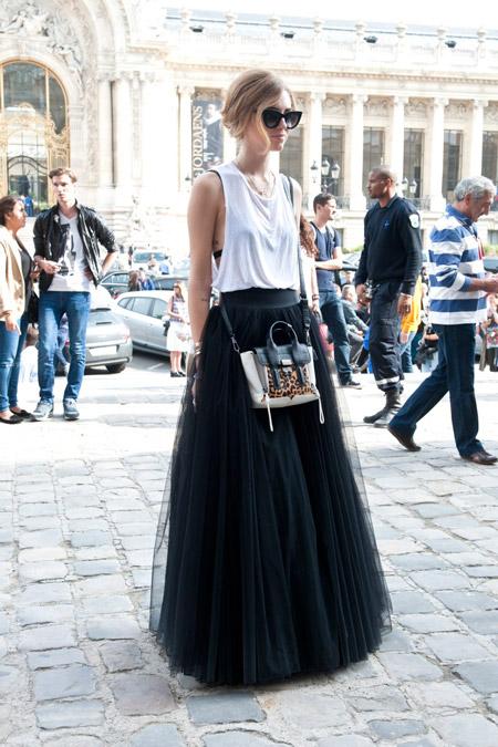 Девушка в черной юбке макси из фатина и топе